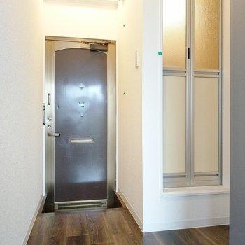 玄関横にお風呂。シューズボックスはありません。小さなものを持ち込みましょう。