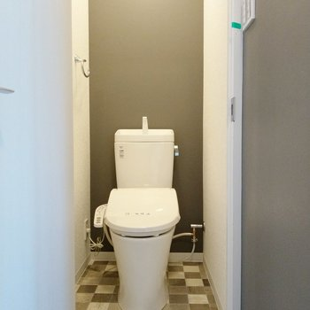 トイレもウォシュレット付き!クロスや床が素敵!