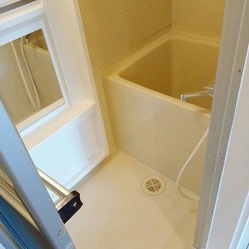 お風呂は玄関横に。鏡は大きめです。