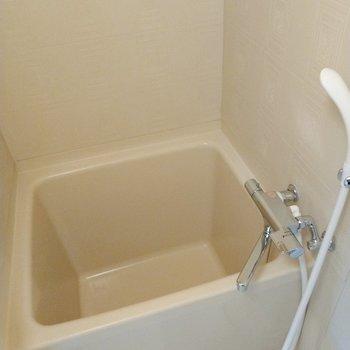 浴槽はコンパクトだけど、サーモ水栓で使い勝手◎