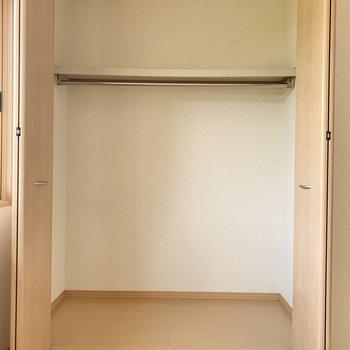 【洋室6帖】衣装ケースは3つほど横に並べられそう。