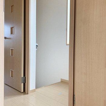 階段上がってすぐ2つの個室の入口が。