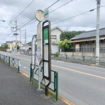 お部屋から4分ほど歩くと、バス停があります。