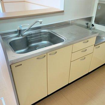 シンクと調理スペースはゆったりめ。コンロは持ち込み式です。