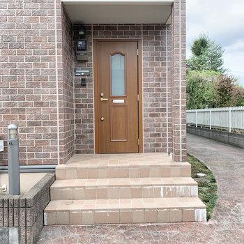玄関はポーチ付き。