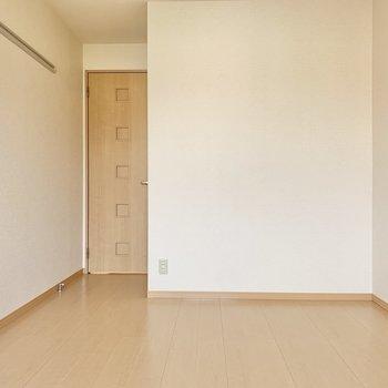 【洋室6帖】シンプルな色合いでインテリアもお好みに合わせられそう。