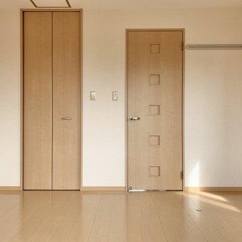 【洋室8帖】ソファやローテーブルを置いて団らんのスペースに。