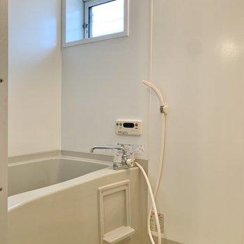 お風呂には窓があって換気もしやすいですね。