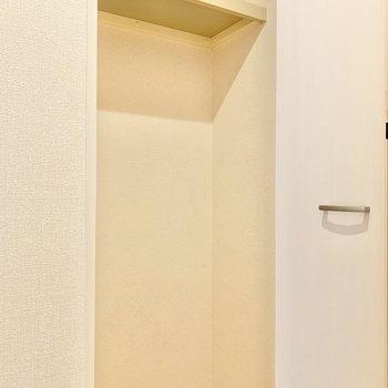 玄関の手前にも収納がありますよ。