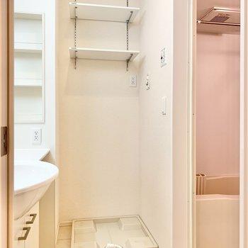 洗面室に洗濯機置き場があります。