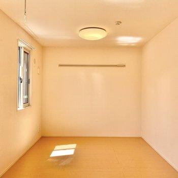 【洋室4.5帖】壁にフックが付いていますよ。