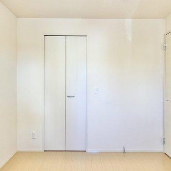 【洋室6帖】収納を開けてみましょう。