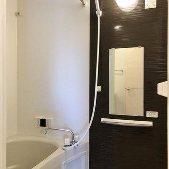 お風呂はシックなデザイン。