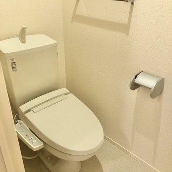 トイレには温水洗浄便座が付いています。