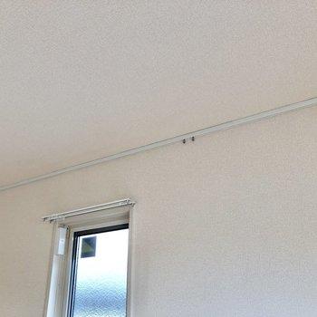 【LDK】天井近くにピクチャーレールを発見。絵画などを掛けておこうかな。