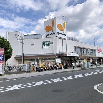 24時間営業のスーパーと、日用品の買い物には困らなさそうです。