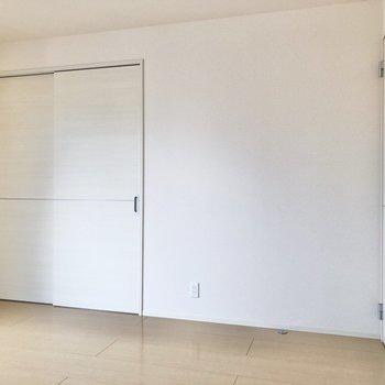 【LDK】白いドアを開けると洋室へ。