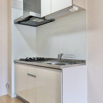 【LDK】キッチンは清潔感のある白色です。
