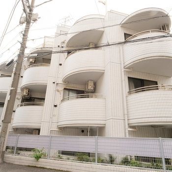 小道の一角に建つ5階建てマンションです