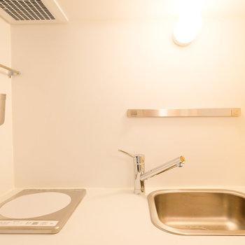 キッチンも洗練されたデザイン。ナイフバーはマグネットタイプ。