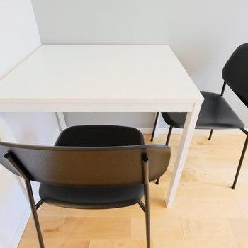 HEYデザインチェア。こう見えて木製なので、座ったときにあたたかみがあります。