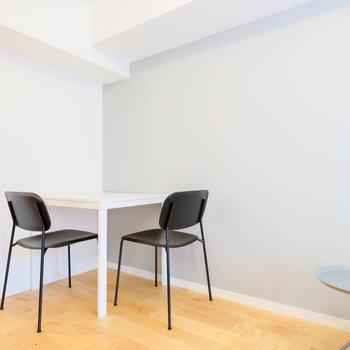 角に収まるテーブルと椅子は食事にも、お仕事にも。