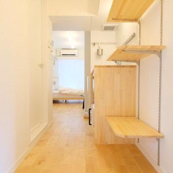 白いタイルの玄関は、稼働棚で収納もばっちりです◎