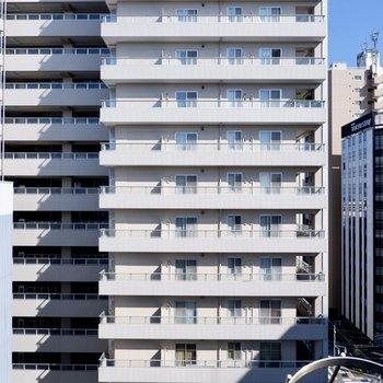 眺望は向かいの建物と広がる青空。