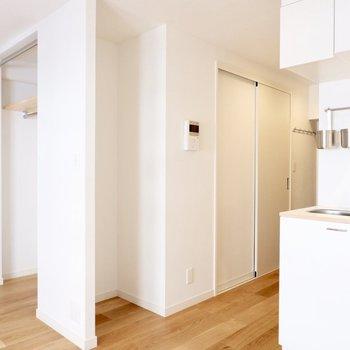 キッチンすぐ横の窪み部分が冷蔵庫置場です。