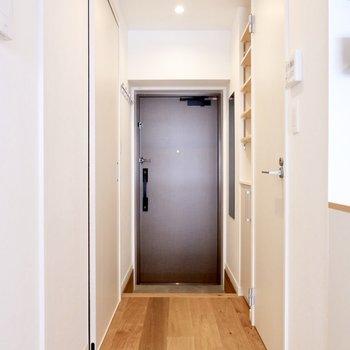 キッチンから廊下を眺めて。