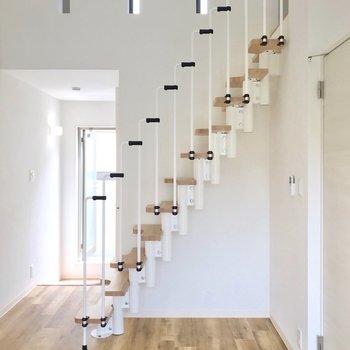 階段の下には、ちょっとしたデスクを置いてもいいかも。