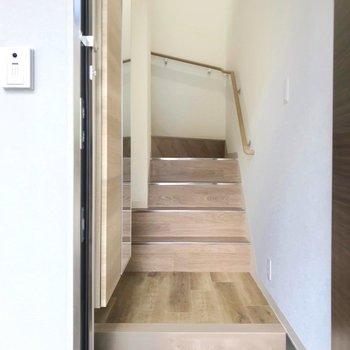 玄関を開けると階段がお出迎え。