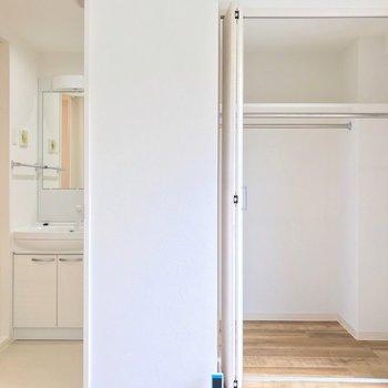 収納は奥行きたっぷりで整理整頓しやすいです。置きたらすぐに顔を洗って、着替えられるいい動線。