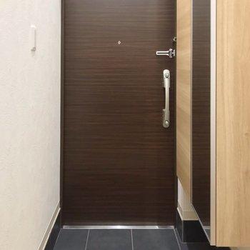 1階におりてきました。玄関はダブルロックで防災面安心です。