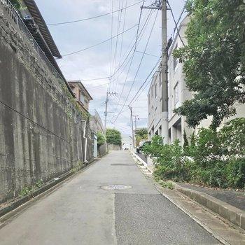 建物の前はこんな感じ。坂の入り口なので自転車でも楽にのぼれるかと思います◯