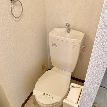 トイレは室内洗濯機置き場の隣です。