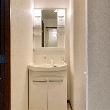 鏡の横に化粧水など置いておけますね。