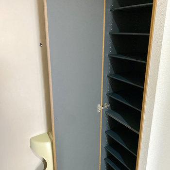 シューズボックスの棚は可動式です。サイズに合わせて調整してくださいね。
