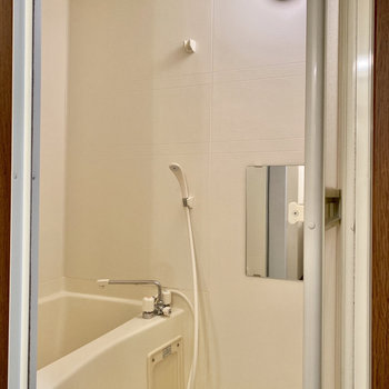 お風呂は脱衣室入ってすぐ右です。