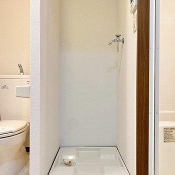 脱衣室の扉を開けて正面に室内洗濯機置き場です。