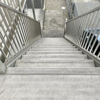 お部屋までは階段ですよ。横幅があるので家具の搬入は大丈夫そう。