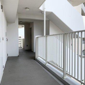 共用部も白で清潔感のある空間です。