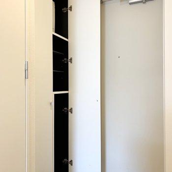 ハイタイプのシューズボックス。最上段にはブレーカーが収まっています。(※写真は8階の同間取り別部屋のものです)