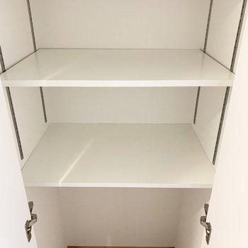 上部は棚受けレール付の可動棚、下部はフリースペースです。(※写真は8階の同間取り別部屋のものです)