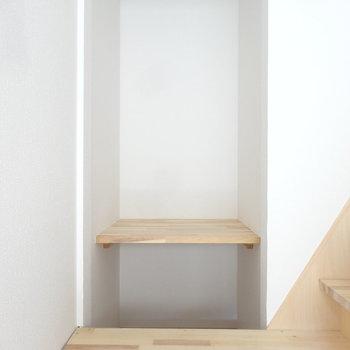 階段前にはデスクとしても使える棚がありますよ。