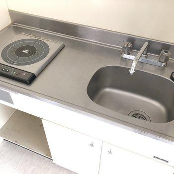 キッチンはコンパクト目なので、こまめに洗い物を。(※写真は6階の同間取り根別部屋のものです)