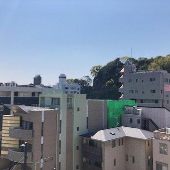 眺望はきれいな空と山がしっかり見えます。(※写真は6階の同間取り別部屋のものです)