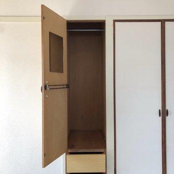 左側の収納は、鏡とポール付き。下にも2段収納があって便利です。(※写真は6階の同間取り別部屋のものです)