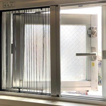 小窓には網戸もついています。換気の時などに便利ですね。※写真はクリーニング前のものになります