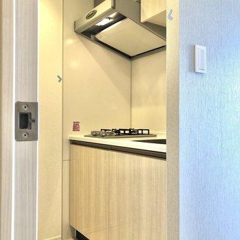 キッチンへ。反対側には冷蔵庫が置けそうなスペースもあります。※写真はクリーニング前のものになります